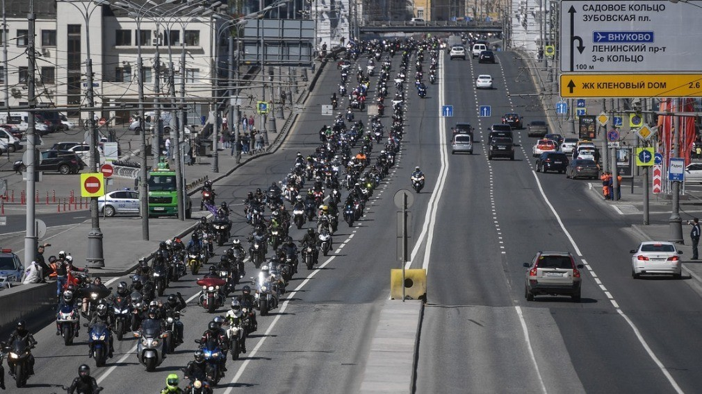 Министр ЖКХ по субботам приезжает на работу мотоцикле