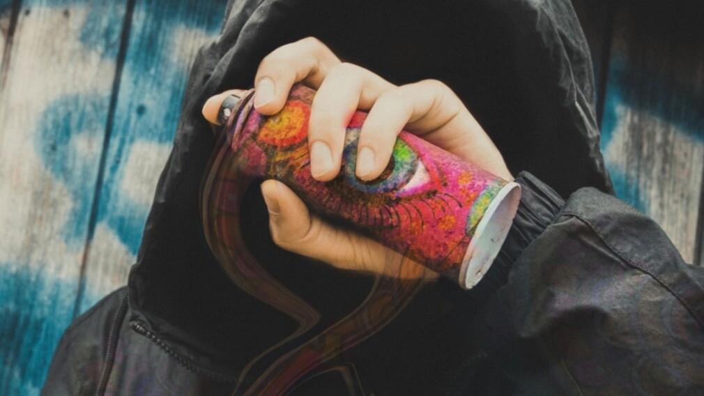 УО в Омске наказали за граффити с рекламой наркотиков на стенах МКД