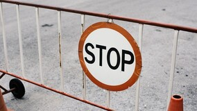 Как установить на придомовой территории шлагбаум и дорожные знаки