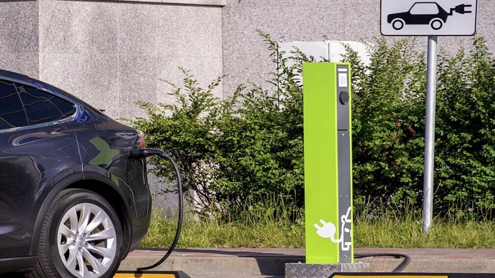 Можно ли установить зарядную станцию для электромобиля во дворе МКД
