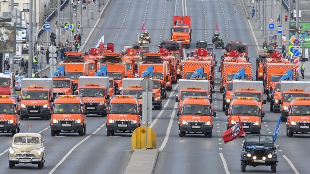 В выходные в Москве прошёл парад коммунальной техники
