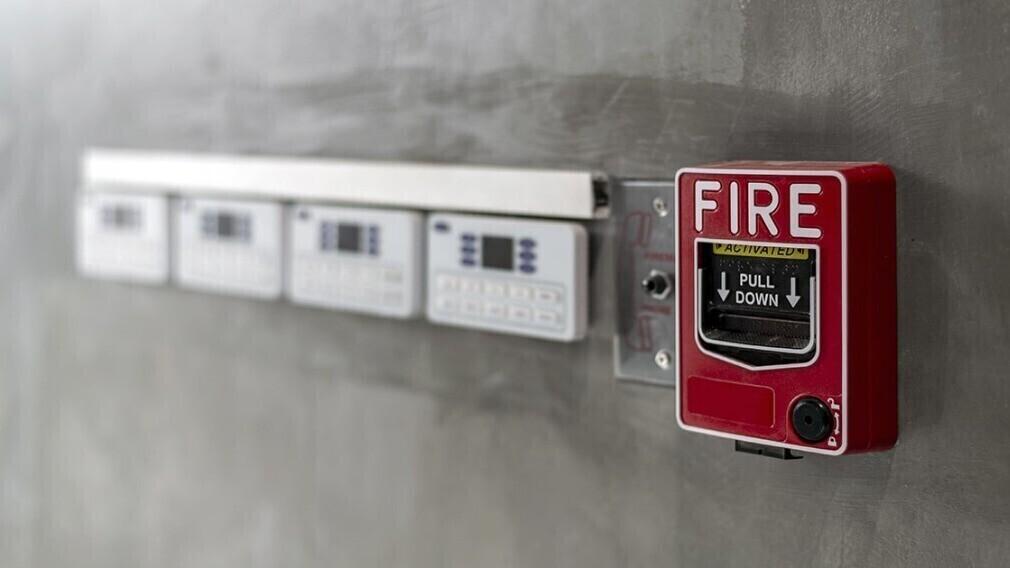 Кто устраняет нарушения требований пожарной безопасности в новом МКД