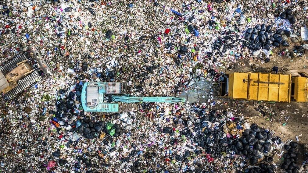 Кабмин запретит производить ряд товаров и смешивать ТКО в мусоровозах