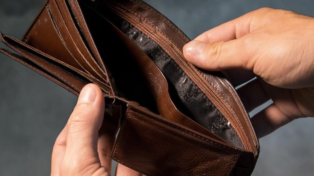Долг за ЖКУ запретили списывать с соцвыплат и пособий неплательщика