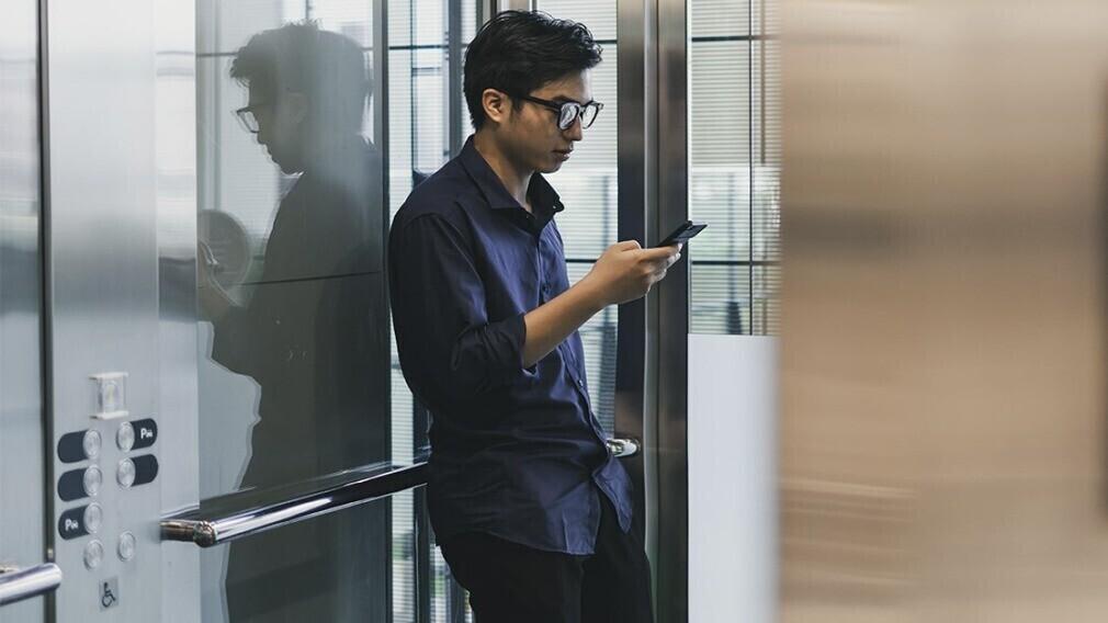 В МКД Москвы появился лифт с бесконтактным управлением со смартфона