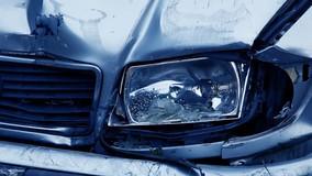УО оплатит ремонт машины из-за упавшего на территории дома столба