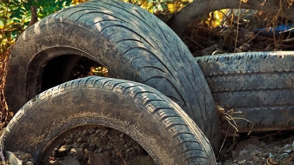 Можно ли размещать шины во дворах МКД и кто отвечает за их вывоз