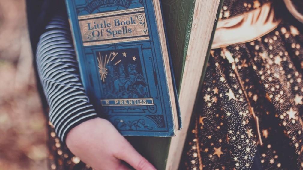 Колдунья погасила долги за услуги ЖКХ после ареста книг по магии
