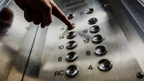 В Барнауле в доме остановились лифты из-за спора УО и совета МКД