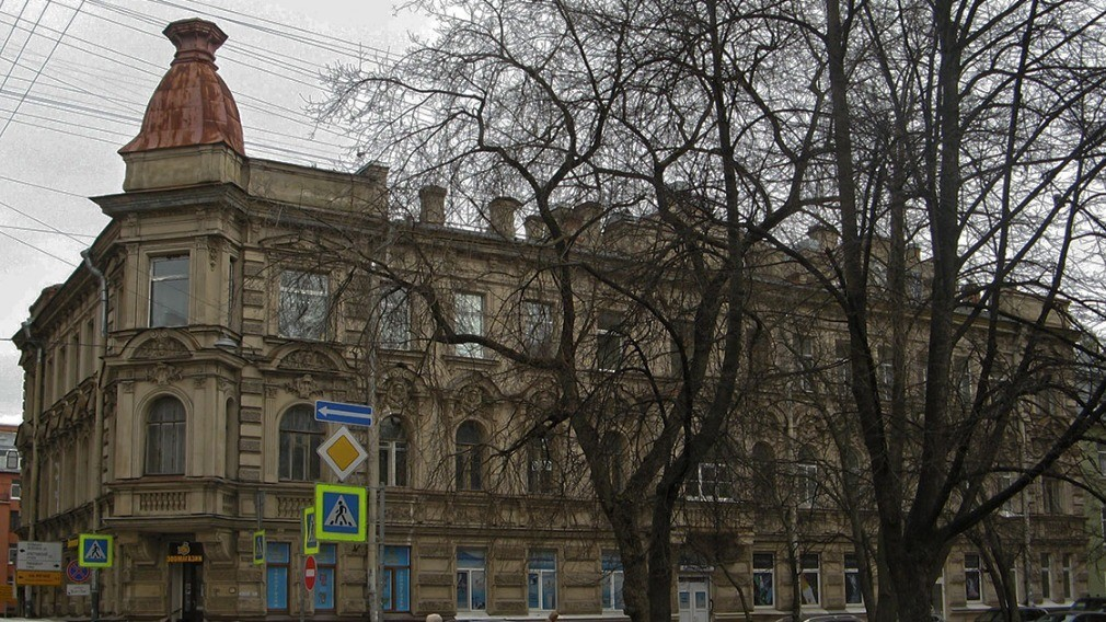 Рабочие вернули фасаду дома прежний вид после публикации в соцсети