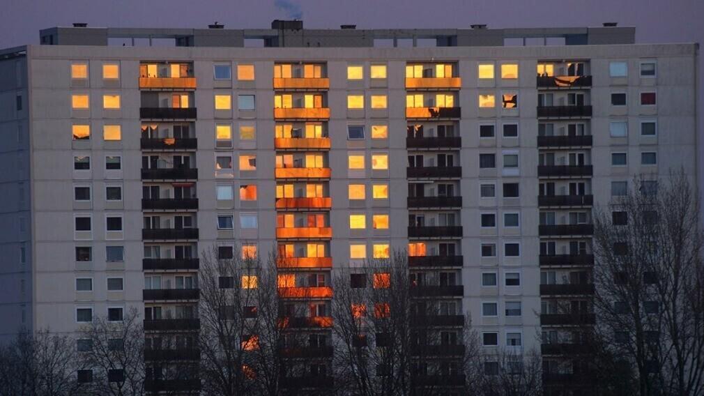 Когда УО может требовать у собственника убрать остекление с балкона
