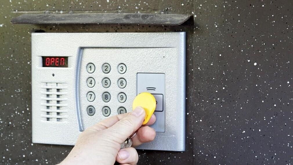 Может ли домофон в МКД принадлежать установившей его фирме