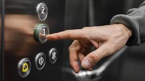 В Петербурге часть жителей МКД временно освобождена от платы за лифт