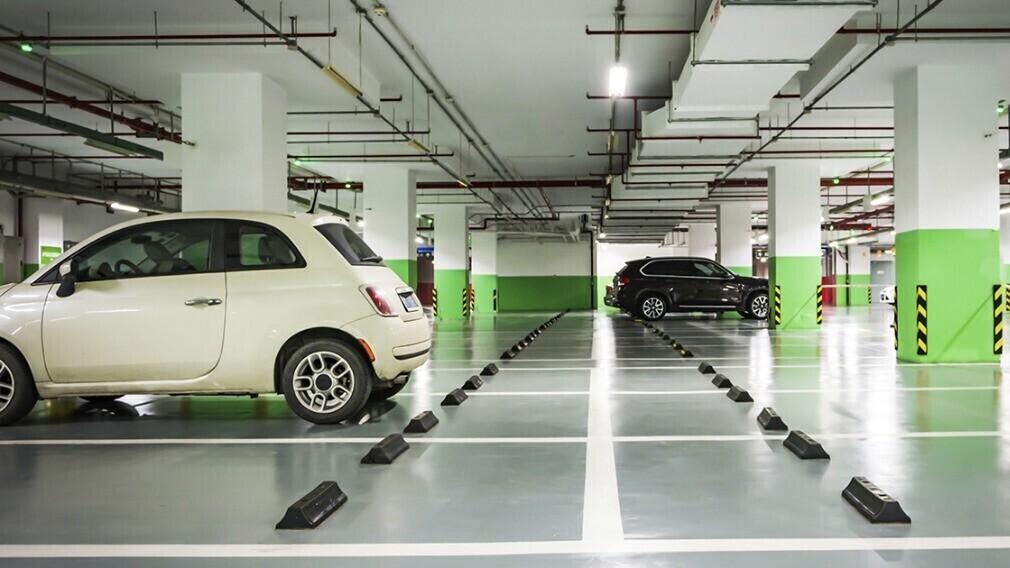 Отвечает ли УО за машины на охраняемой парковке МКД