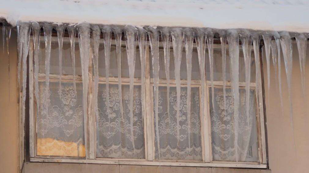 В Воронеже борются с наледью на крышах МКД теплом и «цирюльником»
