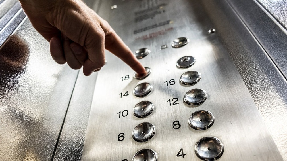 УО и жители дома приняли новый лифт, заменённый в рамках капремонта